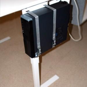 Kompiuterio korpuso laikiklis su pritvirtintu kompiuteriu