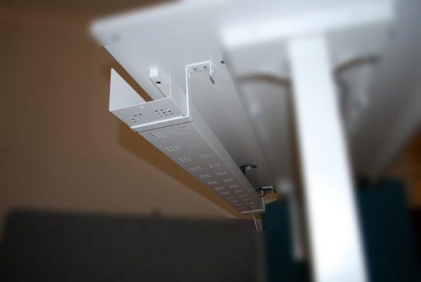 Metalinis lovelis laidams tvirtinamas po reguliuojamo aukščio stalu